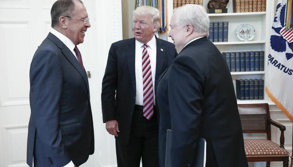 LEKKER OG LEKKER: Russlands utenriksminister Sergej Lavrov, USAs president Donald Trump og Russlands USA-ambassadør Sergej Kisljak koste seg tilsynelatende under møtet i Det hvite hus den 10 mai. Siden har stadig nye, oppsiktsvekkende opplysninger lekket ut om møtet. Foto: AFP/Russlands utenriksdepartement.