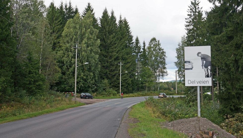 MARIDALEN: Det første skiltet i Statens vegvesens trafikksikkerhetskampanje «Del veien»/«Del vegen» ble satt opp i Maridalen i Oslo i 2014. Foto: Statens Vegvesen