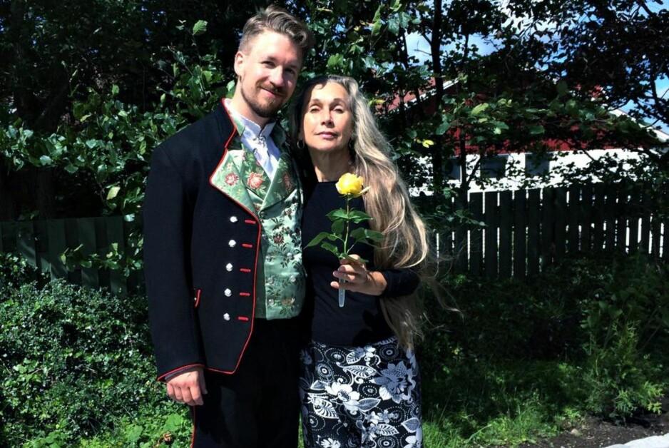 FEKK BUNAD: Solveig Aareskjold med sonen Jone Aareskjold, som ville ha rogalandsbunad. Det fekk han, men ikkje utan hindringar. Foto: Privat