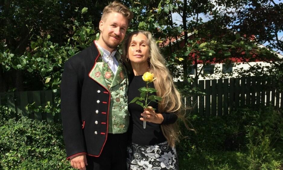 HJEMMESYDD: Mor Solveig Aareskjold og sønnen i den hjemmesydde Rogalands-bunaden. Solveig Aareskjold ville gjerne sy bunaden helt fra bunnen av, men det skulle vise seg å bli helt umulig - for husflidbutikkene holder nemlig bunadsmønstrene sine hemmelige. Foto: Privat / Solveig Aareskjold