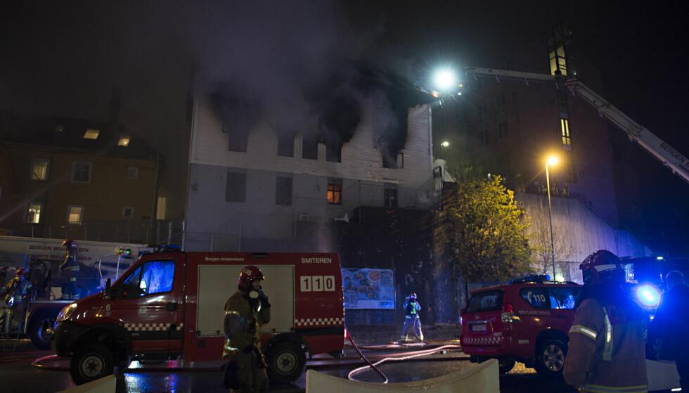 BRANN: Trehus på Sydnes i Bergen står i brann. Foto: Marit Hommedal / NTB scanpix
