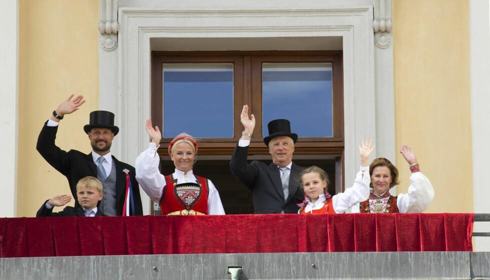 NORSK VINKEPLIKT: Grunnlovsjubileet 2014 der selvsagt kongefamilien sto på slottsbalkongen, vinkende til barnetoget på slottsplassen. F.v: prins Sverre Magnus, kronprins Haakon, kronprinsesse Mette-Marit, kong Harald, prinsesse Ingrid Alexandra. og dronning Sonja. Foto: NTB SCANPIX