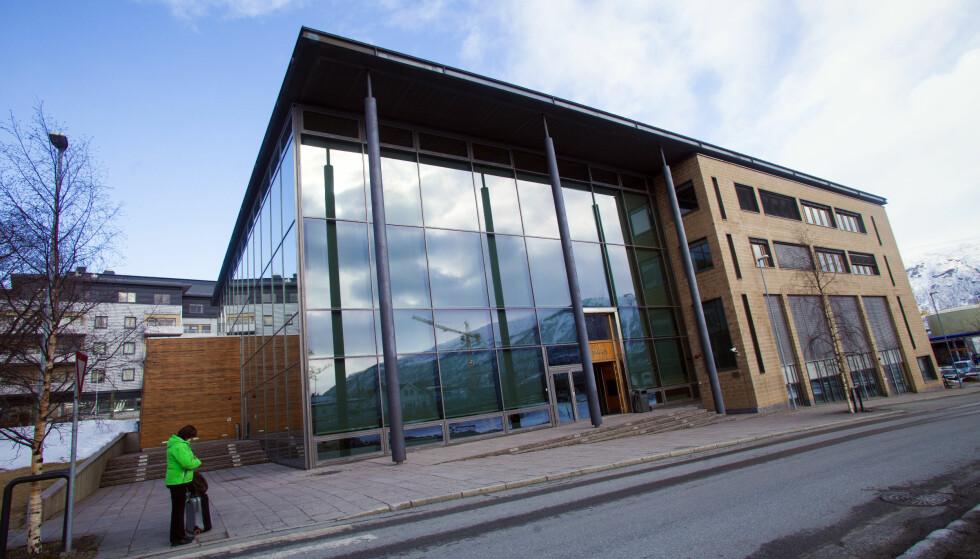 FENGSLET: En samfunnstopp hjemmehørende i Troms ble torsdag framstilt for forlenget varetektsfengsling i Nord-Troms tingrett. Foto: Jan-Morten Bjørnbakk / Scanpix