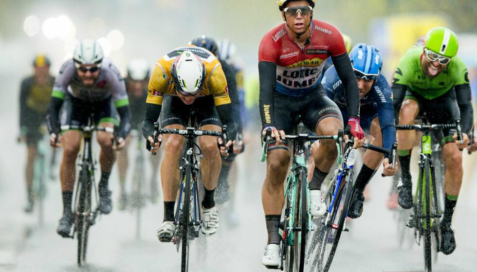 SÅNN SKAL DET GJØRES: Dylan Groenewegen holdt både Edvald Boasson Hagen (i gult) og Kristoffer Halvorsen (i blått) bak seg. Men 23-åringen fikk også god hjelp fra oppofrende lagkamerater. FOTO: Vegard Wivestad Grøtt (Scanpix)