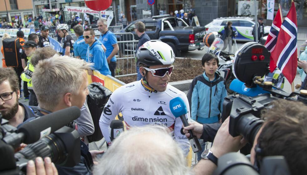 FRATATT GULT: Her er Edvald Boasson Hagen med sin sykkel med knekt sete etter målgang på Lillehammer-etappen i Tour of Norway. Foto: Geir Olsen / NTB scanpix