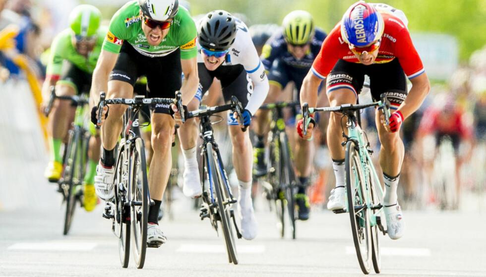 DUELL: Dylan Groenewegen (t.h) vinner spurten mot Edvald Boasson Hagen under fjerde etappe i Tour of Norway. Foto: Vegard Wivestad Grøtt / NTB scanpix