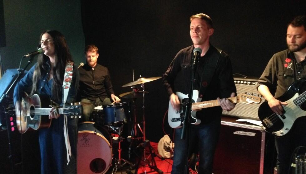 STERK KVARTETT: Whitney Rose og hennes tre kanadiske musikere har vært på turne i Norge. Her er de i Vaktbua i Kristiansand 5. mai. Foto: Fredrik Wandrup