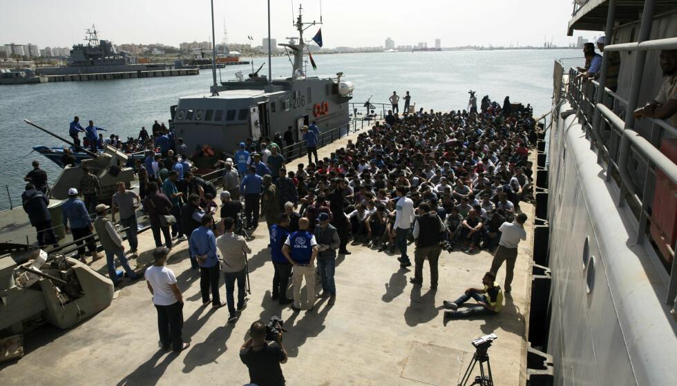 Tusenvis av flyktninger og migranter er plukket opp i Middelhavet de siste ukene, som disse som ble fraktet tilbake til Libya 10. mai. Foto: AP / NTB scanpix