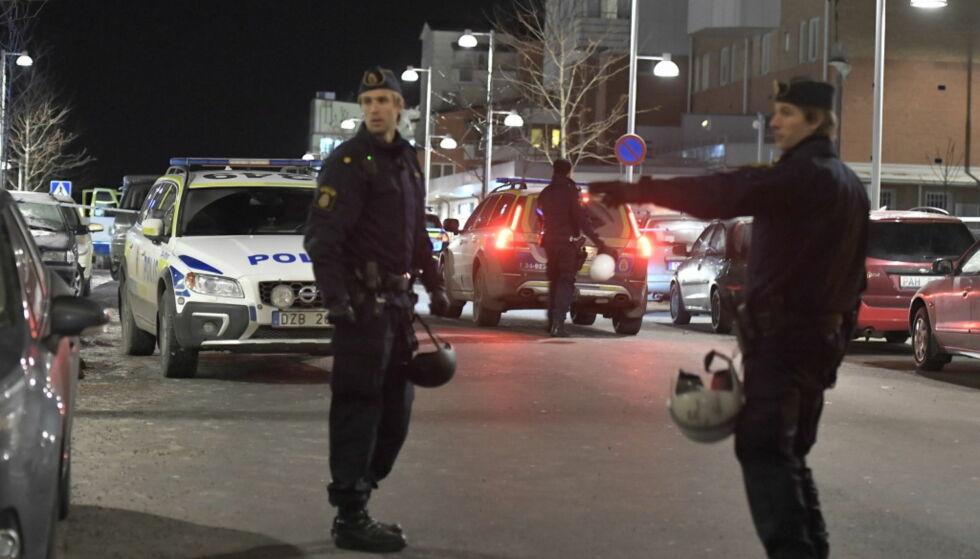 DOBBELTDRAP: Politiet på stedet etter at to personer ble skutt og drept i Rinkeby utenfor Stockholm i desember i fjor. Aftonbladet skriver at de samme gjerningsmennene kan stå bak et drap som fant sted utenfor Stockholm på søndag. Foto: TT / NTB Scanpix