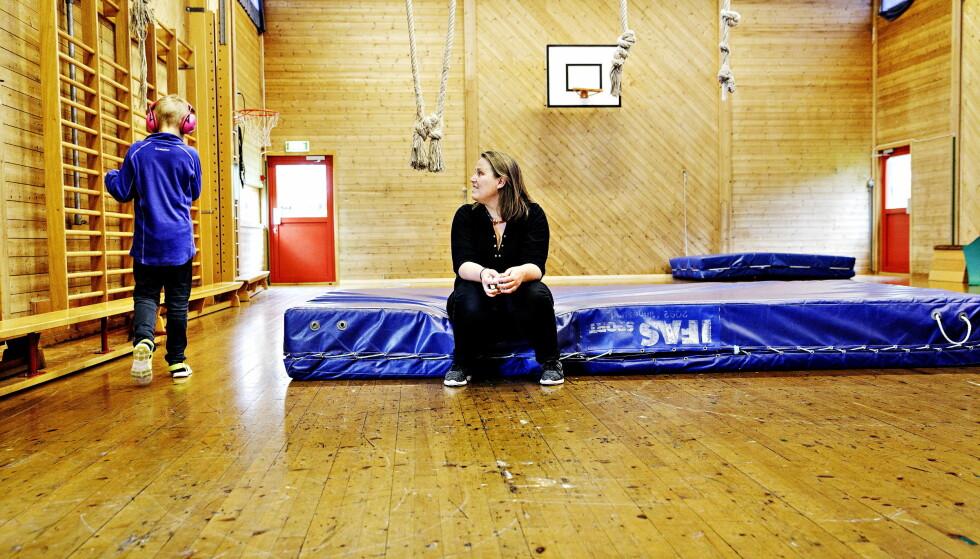SKRIVER OM SØNNEN: Olaug Nilssen sammen med sønnen Daniel (9) i gymsalen på Tveiterås spesialskole i Bergen. Han har regressiv autisme, og bruker ofte hørselsvern for å stenge inntrykkene ute. Foto: NINA HANSEN