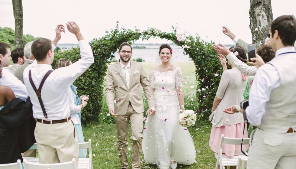EKSTESKAPSØYA: Disse to lykkelige, er bare et av 3600 par som giftet seg på danske Ærø i fjor. Ekteskapsinngåelse er blitt big business for den lille danske øya med 900 fastboende innbyggere. Foto: Getmarriedindenmark.com