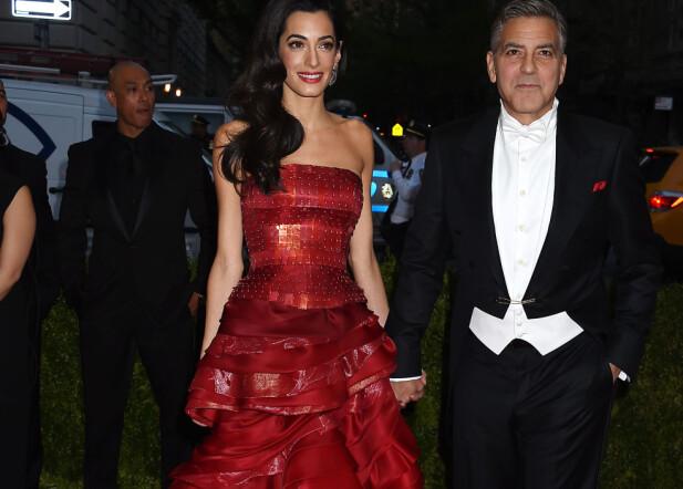 HÅND I HÅND: Amal og George Clooney sammen på den stjernespekekde MET-gallaen i New York i mai 2015. Foto: NTB scanpix