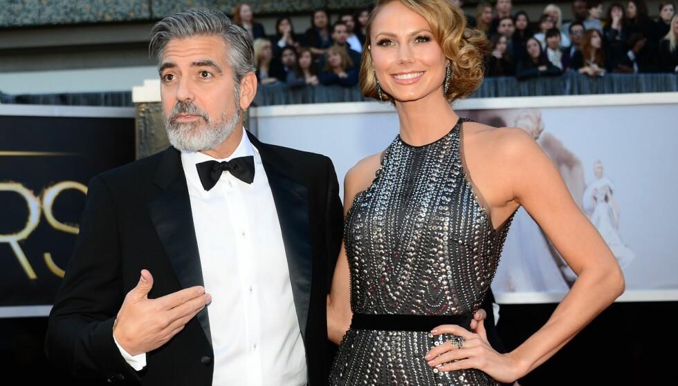 EKSEN: George Clooney kom med sin daværende kjæreste, Stacy Keibler, på Oscar-utdelingen i februar 2013. Senere samme år hadde han funnet tonen med Amal Clooney. Foto: AFP/ NTB scanpix