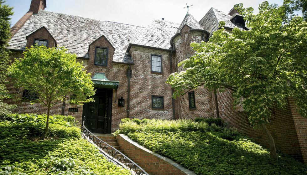 KJØPT: Barack og Michelle Obama har kjøpt teglsteinsvillaen som de har bodd i siden de flyttet ut av Det hvite hus. Foto: AP Photo / Andrew Harnik / NTB scanpix
