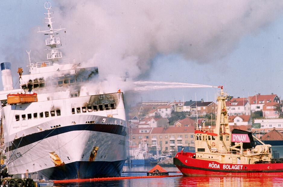 Dødsbrann: I april 1990 begynte Scandinavian Star-skipet å brenne. 159 passasjerer omkom i dødsbrannen. Her er skipet avbildet i Lysekil 8. april 1990. Foto: Peter Dejong / AP / NTB Scanpix