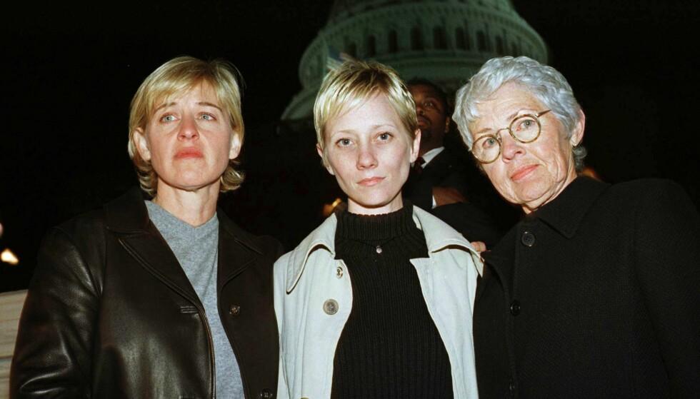 TURBULENT LIV: Ellen DeGeneres (t.v.) skapte store overskrifter da hun kom ut av skapet for 20 år siden. Her er hun avbildet sammen med sin daværende kjæreste, Anne Heche, og moren Betty i 1998, i forbindelse med en markering etter at den homofile studenten Matthew Shepard ble drept. Foto: Reuters/ NTB scanpix