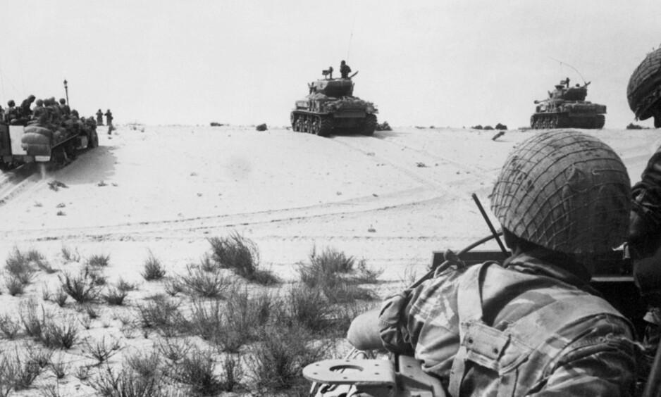 RASK FRAMRYKKING: Israelske panservogner raser gjennom Sinaiørkenen i Egypt uten å møte motstand 5.juni 1967. Foto: AFP/Scanpix NTB