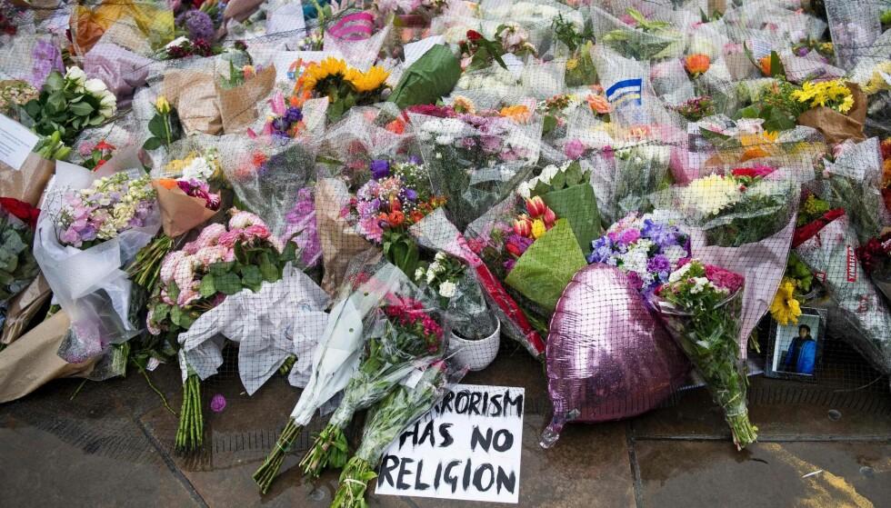 BLOMSTERHAV: «Terrorism has no religion» står det skiltet foran ett av blomsterhavene på London Bridge i London etter terroranslaget 3. juni – det tredje i Storbritannia på mindre enn tre måneder.Foto: Justin Tallis / AFP / NTB Scanpix