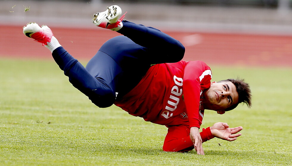 AKROBATIKK: Olympiakos-spilller Tarik Elyounoussi forbereder kampen i VM-kvaliken mot Tsjekkia lørdag. Her fra et spektakulær øyeblikk på Bislett. Foto: Bjørn Langsem / Dagbladet