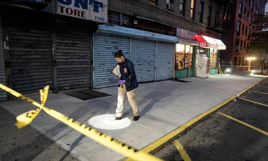 SKUTT PÅ GATA: En politietterforsker gransker stedet der femårige Jaheen Hunter ble skutt. Foto: David Dee Delgado / New York Times / NTB Scanpix