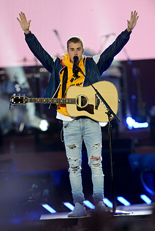 RØRTE TUSENVIS: Justin Bieber på scenen under søndagens minnekonsert for terrorofrene i Manchester og London. Foto: NTB Scanpix