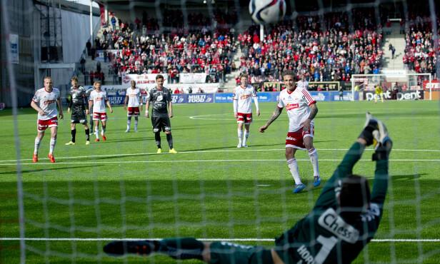 NEDE FOR TELLING: Ikke mye slår Fredrikstad stadion på en praktfull ettermiddag eller kveld. Men i år har publikum ikke hatt noe som helst å juble for. Foto: Jon Olav Nesvold / NTB scanpix