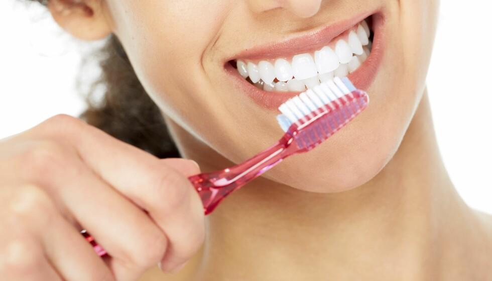 VIKTIG VANE: Første bud for å sikre god tannhelse er å pusse tennene med fluortannkrem. En rekke forskningsstudier viser at det er sammenheng mellom dårlig tannhelse og andre sykdommer. Foto: NTB Scanpix