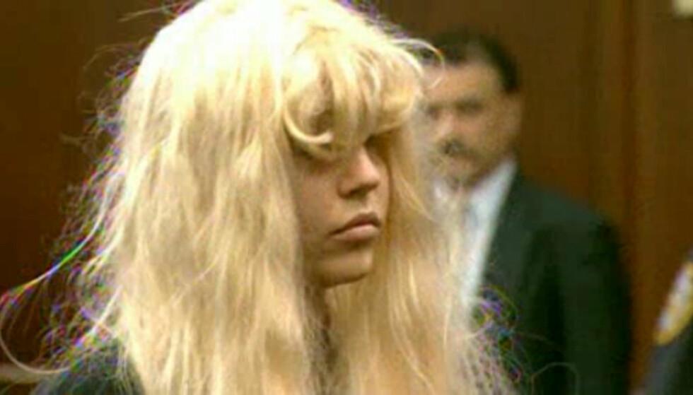 I RETTEN: 31-åringen har møtt i retten flere ganger, ofte ikledd parykk og store solbriller. Her er hun i mai 2013, tiltalt for besittelse av marihuana. Foto: REUTERS/Reuters-TV, NTB scanpix