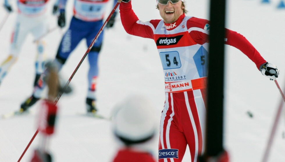 """EKTE BARNESKIRENN: Petter Northug feirer stafettgull i Sapporo-VM for mer enn ti år siden, og introduserer begrepet """"barneskirenn"""" for voksne. Nå er det tid for avlæring Norge rundt. FOTO AFP/Toru Yamanaka."""