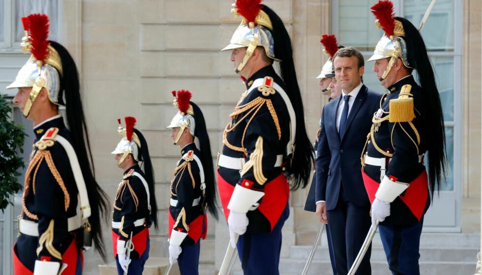Frankrikes president, Emmanuel Macron, utenfor Elysee-palasset i Paris 12. juni. Søndag kan han styrke sin posisjon ytterligere. Foto: REUTERS/Philippe Wojazer