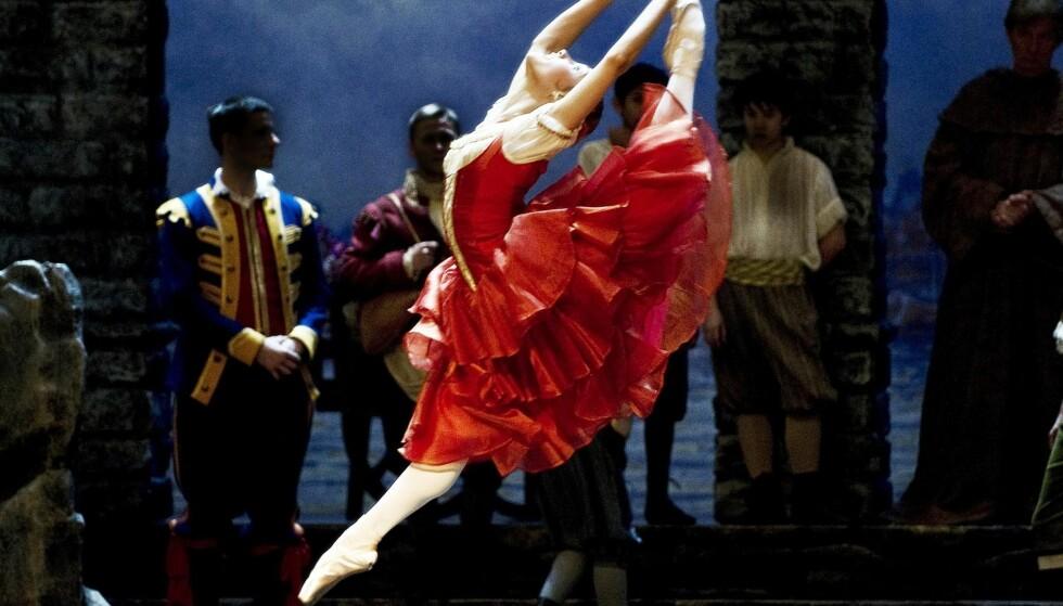 DISIPLIN OG FRIHET: En klassisk skolert ballettdanser har en særegen kroppslig kompetanse. Her Yolanda Correa i Nasjonalballettens oppsetning av «Don Quixote». Foto: Erik Berg / Den norske opera og ballett.