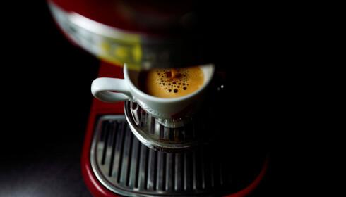 BITTER BISMAK: Det tar noen få sekunder å lage en god espresso med Nespressokapsler. Det vil ta mange år før forholdene er ryddet opp i kaffeindustrien. Foto: REUTERS/Kai Pfaffenbach