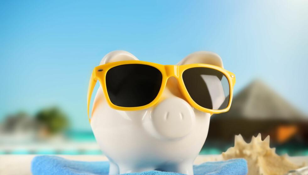 GÅR I GRISEN: - Feriepenger skal være minimum 10,2 prosent av feriepengegrunnlaget. Er du over 60 år har du rett på minimum 12,5 prosent. Har du fem ukers ferie er den ordinære satsen 12 prosent, eller 14,3 prosent for arbeidstakere over 60 år. Foto: Shutterstock