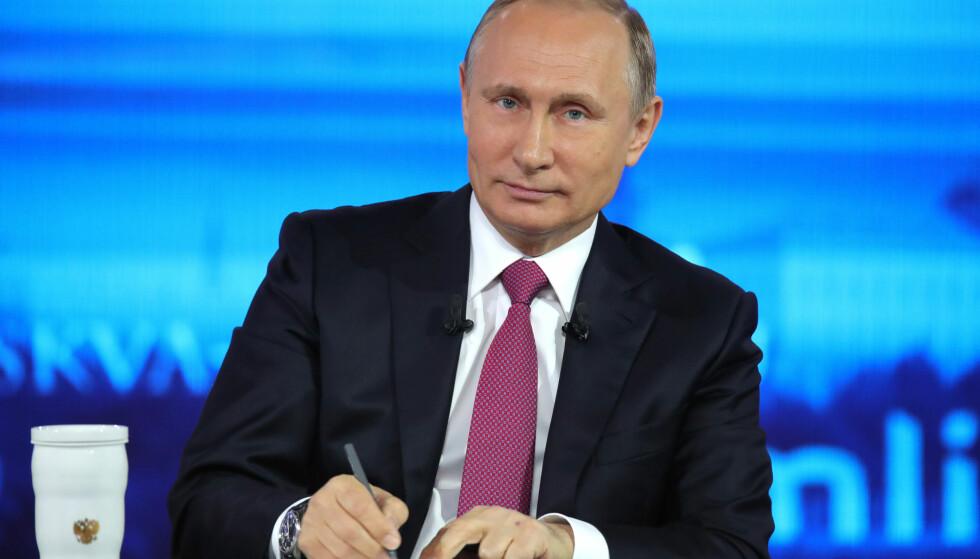 SÅ FOLK I ØYNENE: Vladimir Putin var mild og ikke polemisk, da han møtte sitt folk i går. Foto: AP / NTB / Scanpix
