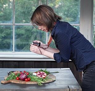 LIDENSKAP: Linda Engelstad i gang med en ny oppskrift til vegetarbloggen. Foto: ourkitchenstories.no