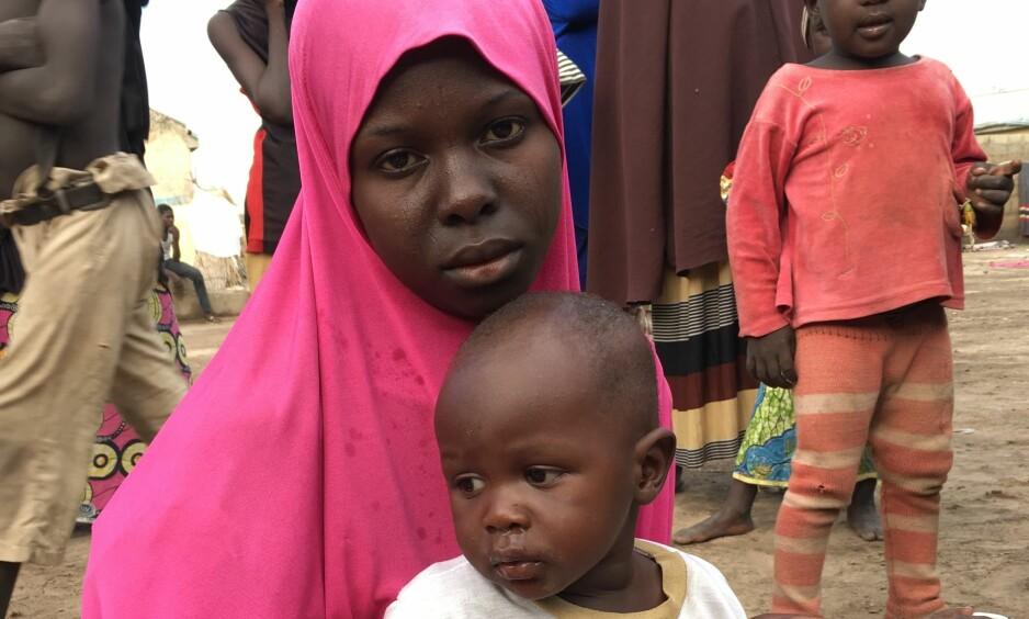 LEVDE MED VOLD: - Hun har levd med vold, og har fått alvorlige traumer, sier Caritas' Marit Sørheim om «Leila» (bildet). Her er hun sammen med sønnen hun fikk med en Boko Haram-kriger hun var tvangsgiftet med under fangenskapet. Foto: Caritas