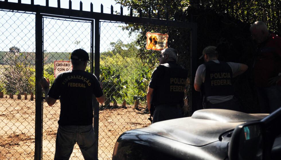 MED LIVET SOM INNSATS: Inspektørene som reiser rundt til kaffeplantasjene har med bevæpnet politi som beskyttelse. Foto: DANWATCH