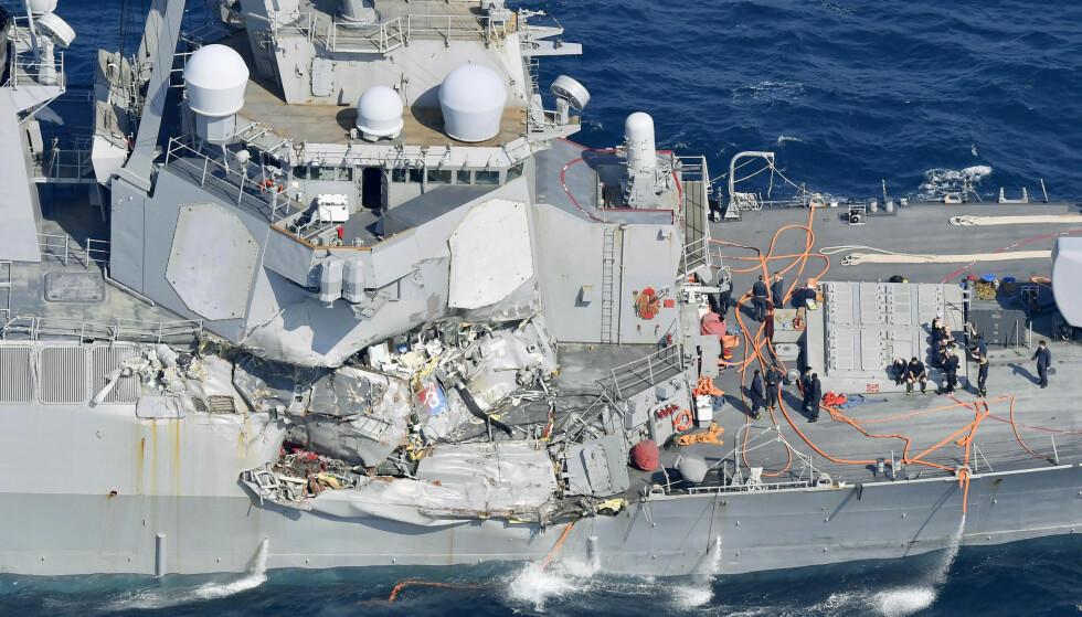 KOLLISJON: Slik ser det amerikanske marineskipet ut etter at det krasjet med et konteinerskip. Foto: AP / NTB Scanpix
