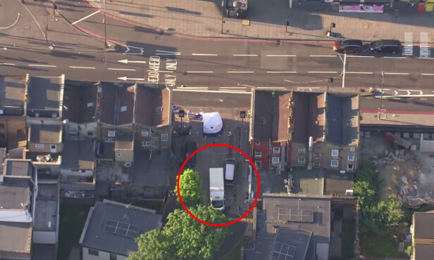 ÅSTEDET: Varebilen fremst i bildet antas å være bilen som ble brukt under angrepet natt til mandag. Skjermdump fra video: AP / NTB Scanpix