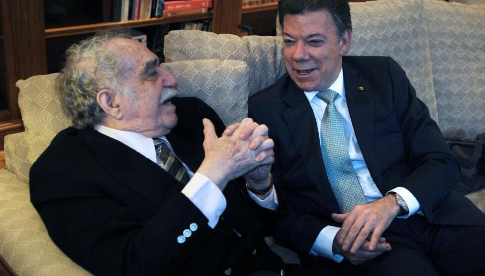 FREDSKONSPIRATOR: Gabriel García Márquez benyttet alltid sin posisjon som den eneste colombianer på verdensscenen til å «konspirere for freden» i hjemlandet. Tidlig på nittitallet søkte han å etab- lere vennskap med en ung forret- ningsmann og politiker ved navn Juan Manuel Santos for å påvirke ham. Han forutså at Santos en dag kunne bli president og bli den som kunne bringe krigen med FARC til en avslutning. Foto: NTB SCANPIX