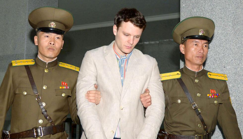 DØDE: Her blir den amerikanske studenten Otto Warmbier ført bort fra en nordkoreansk rettssal etter å ha fått en dom på 15 år. Seks dager etter at han ble sendt hjem til USA, døde han. Foto: NTB scanpix
