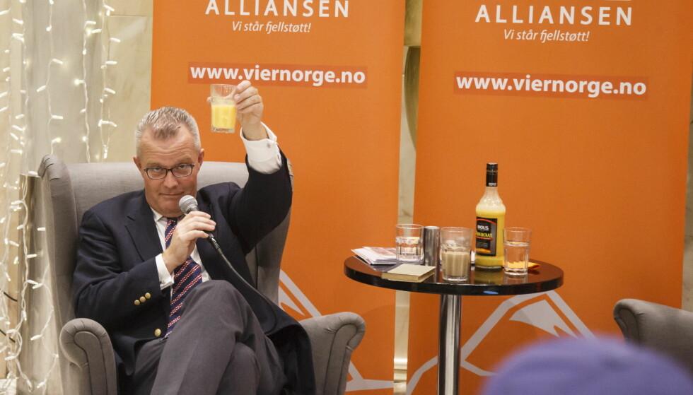 NYTT PARTI: Hans Lysglimt Johansen skåler i eggelikør under lanseringen av partiet Alliansen i fjor. Foto: Heiko Junge / NTB Scanpix