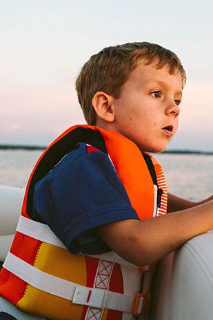 SIKKERHET: På samme måte som redningsvest er obligatorisk på sjøen, er kortsikkerhet viktig på reise. Ikke slipp kortet ut av syne og sjekk gjerne at minibanken du bruker ikke er tuklet med.