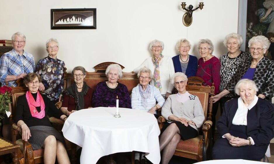 SISTE TREFF 2017: Det var både glede og vemod å spore hos de pensjonerte sykepleierne. Her er de samlet i salen der de tidligere sov. Første rad fra venstre: Ingvild Johansen (84), Kari Moen (80), Solveig Ryen Foss (82), Grete Bekkevahr Tobiassen (84), May Mikalsen (80), Judith Kvamme (86). Bak fra venstre: Magnhild Bergh Teistedal (80), Maina Serine Westerfjell Teigmo (88), Solbjørg Støylen Brekka (82), Annbjørg Christensen (80), Gudrun Ruud Ryen (84), Inger Sørhaug (80) og Agnes Kristiansen Stock (82).