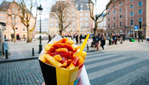 ALDRI FRITT FOR: Det er sjelden å finne et belgiske torg uten en sjappe som selger pommes frites. Foto: NTB Scanpix