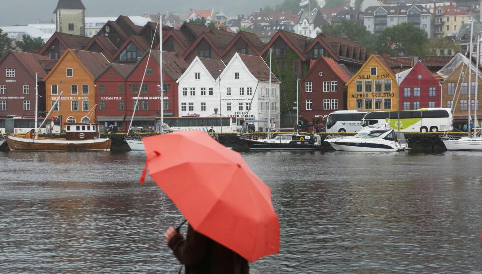 NØDVENDIG MED PARAPLY: Av årets første 176 dager, har det regnet 134 i Bergen. Foto: Erik Johansen / NTB scanpix