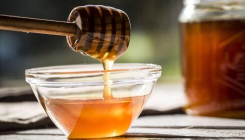 TILSETTER SUKKER: Det jukses mye med honning. Det tilsettes for eksempel sukker. Mye er også feilmerket. Foto: NTB SCANPIX