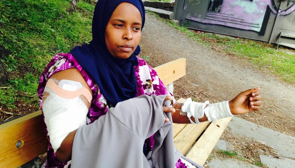 BLE ANGREPET MED KNIV: Somaliske Safiyo forteller en dramatisk historie om et brutalt angrep med kniv da hun satt på denne benken i Vogts gate i Oslo tirsdag. Foto: Øystein Andersen / Dagbladet