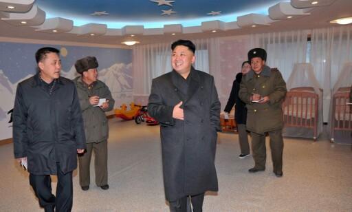 INSPEKSJON: Kim Jong-un sjekker om den sveitsiske kopien er blitt bra nok. FOTO: Reuters