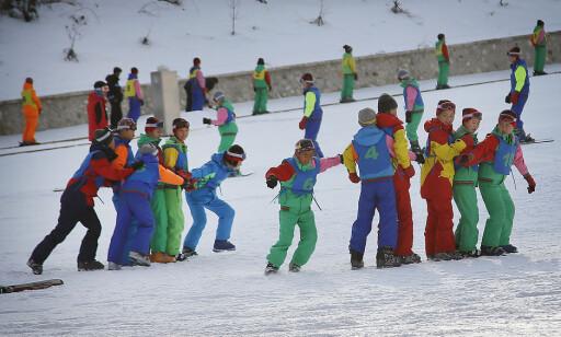 VINTERLEK: Koreanske barn tester det nye skianlegget Masik. Offiselt er det 70 000 besøkende i året. Utenlandske turister forteller derimot om uvanlig god plass i løypene. FOTO: Ap/Wong Maye